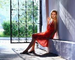 retrato de uma jovem sentada perto do portão