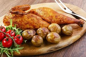 frango meio assado com batatas novas foto