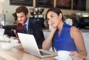 empresária usando laptop na cafeteria foto