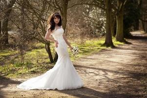 jovem noiva em vestido de noiva moderno