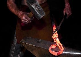jovem ferreiro segurando um martelo
