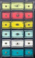 armário com gavetas multicoloridas foto