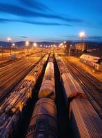 trens de carga e ferrovias ao anoitecer - transporte de carga