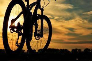 bicicleta na estrada. conceito de viagens foto