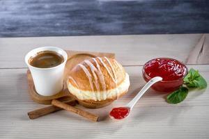 donut com geléia e café foto