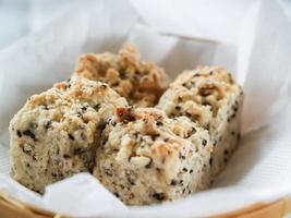 biscoitos de gergelim em uma cesta