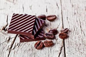 doces de chocolate e grãos de café foto