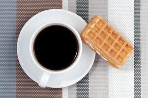 waffle e uma xícara de café quente foto