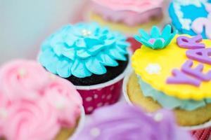 cupcakes doces de cor pastel foto