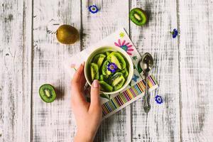 kiwi em um prato foto