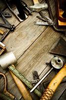 ferramentas de trabalho vintage em fundo de madeira