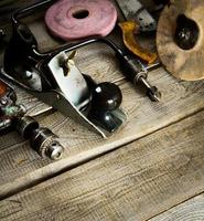 várias ferramentas em um fundo de madeira