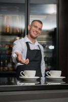 barista fazendo seu café foto