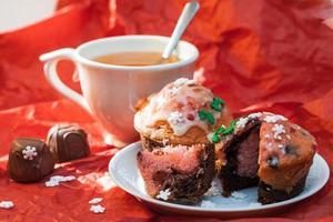 feche cupcakes com uma xícara de chá foto
