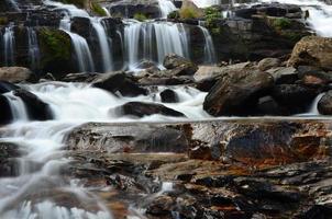 cachoeiras em florestas de outono foto