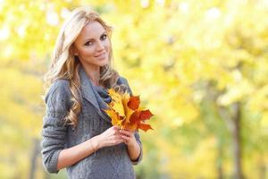 mulher na floresta de outono