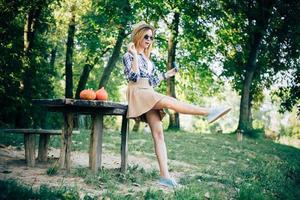 mulher na floresta de outono foto