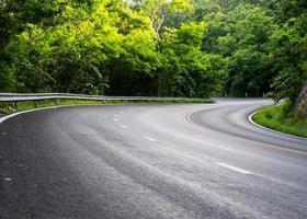 estrada na floresta profunda