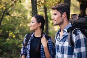 casal viajando na floresta foto