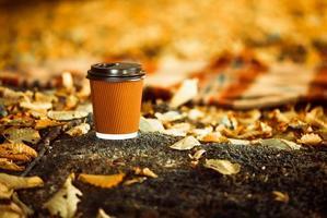 xícara de café na floresta de outono
