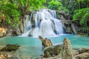 cachoeiras em floresta densa da tailândia foto