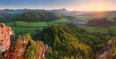 pôr do sol nas montanhas verdes - floresta da Eslováquia