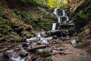 bela cachoeira de montanha na floresta de outono