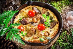 deliciosos ovos mexidos em musgo na floresta foto
