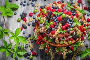 bolo da floresta feito de frutas silvestres frescas foto