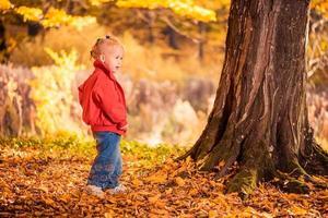 garota de vermelho na floresta de outono