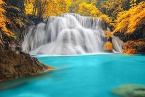 Cachoeira da floresta profunda em Kanchanaburi foto