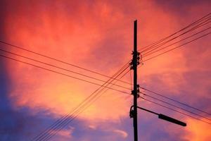 pôr do sol na Tailândia e poste de eletricidade foto