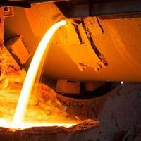 alto-forno em planta metalúrgica foto