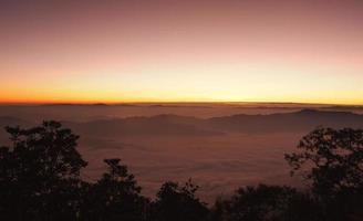 ponto de vista do nascer do sol da montanha doi chiang dao