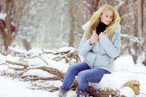 menina triste congelada, inverno, frio, estresse, parque