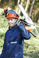 trabalhador lenhador com motosserra na floresta