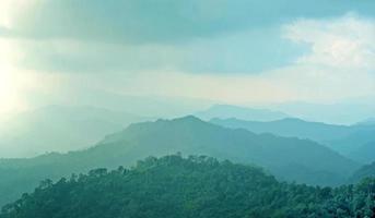 paisagem montanhosa enevoada, camadas de montanhas com nevoeiro