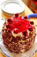 bolo floresta negra com raspas de chocolate e cerejas