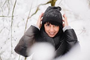 retrato de uma linda garota na floresta de inverno foto