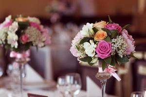 linda decoração de buquê de flores na mesa foto
