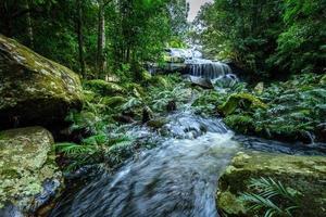 Parque Nacional de Phu Kradueng, cachoeira em floresta profunda, Tailândia