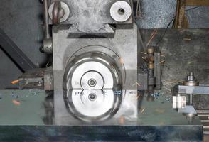 máquina de perfuração, centro de usinagem em funcionamento