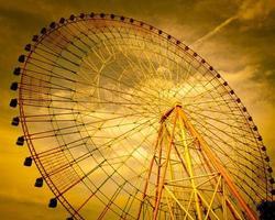roda gigante com fundo do céu foto
