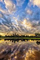 Angkor Wat ao nascer do sol foto