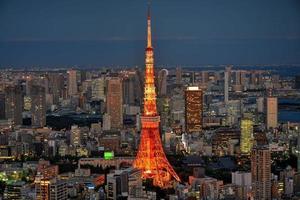 área de Tóquio densa construção noturna e torre de Tóquio foto