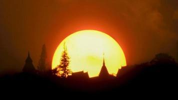 pôr do sol no templo doi suthep, chiang mai, tailândia. foto