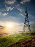poste elétrico e campo de outono foto