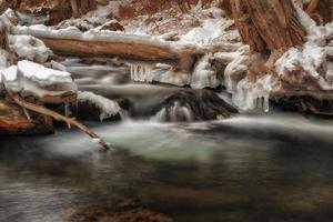 pingentes de gelo sobre a água
