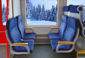 interior do trem e floresta de inverno foto