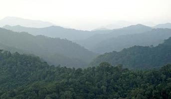 paisagem montanhosa enevoada, camadas de montanhas com nevoeiro foto